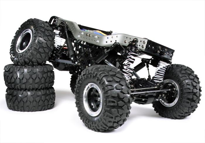 CR-01シャーシ 荒れた岩場などの難コースを舞台とする新競技、「ロッククローリング」用シャーシ。アルミ製サイドメンバーと樹脂製クロスメンバーで構成された高剛性なラダーフレーム、アルミ製ロッドを使用したオイルダンパー付きの4リンクサスペンション、デフロック可能なシャフトドライブ4WD。 組み立てが大変。。。らしい